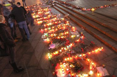 На Майдане почтили память погибших в Мариуполе