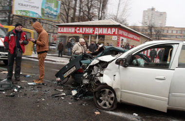 В Киеве столкнулись 2 иномарки – погибла девушка