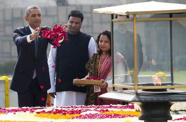 Обама в Индии обнимал премьера и сыпал лепестки роз