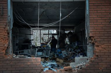 Жители обстрелянных районов Мариуполя возвращаются в свои дома
