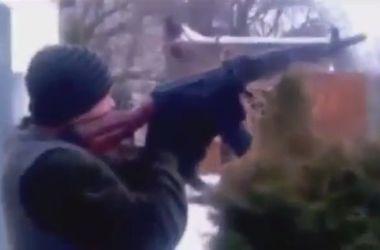 Боевики развлекаются, расстреливая линии электропередач