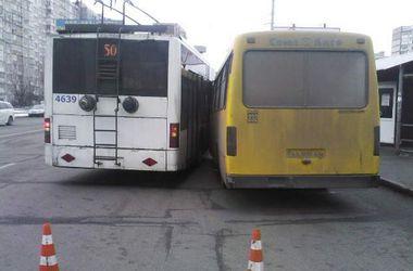 В столице маршрутка столкнулась с троллейбусом