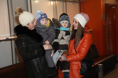 В Донецке продолжают выдавать помощь детям