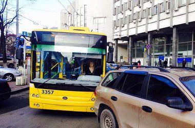 В центре Киева горе-водитель заблокировал движение транспорта