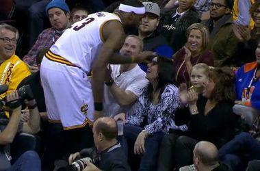 Леброн Джеймс поцеловал руку болельщице во время матча