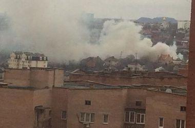 Пожар бушует среди жилых домов в Донецке