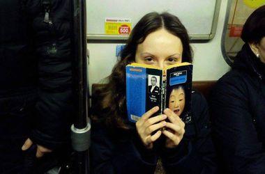 Киевлянка фотографирует пассажиров, которые читают в метро