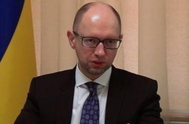 По просьбе Путина, въезд в Украину для россиян будет лишь по загранпаспотам – Яценюк