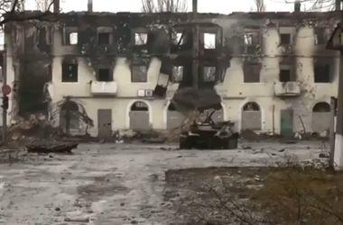 Углегорск в руинах: безлюдный город, разбитая техника и сгоревшие жилые дома