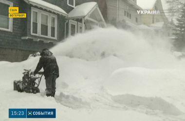 США снова завалило снегом: жители запасаются горючим