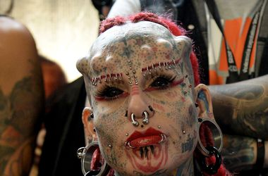 На фестивале в Венесуэле собрались люди с татуированными глазами и рогами