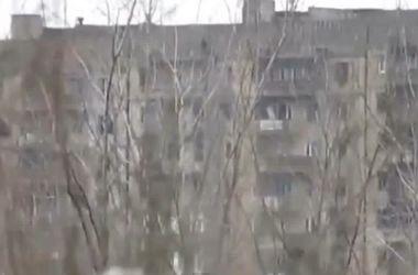 В Углегорске боевики расстреляли многоэтажку из танков