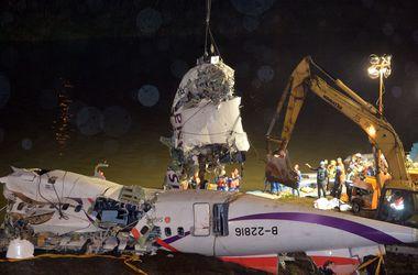 """Найдены """"черные ящики"""" упавшего на Тайване самолета"""