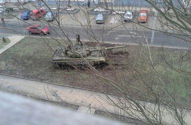В Донецке боевики паркуют танки прямо на газоне
