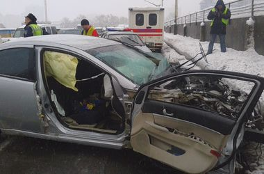 В Киеве столкнулись четыре машины, есть жертвы
