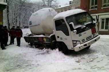 В центре Киева в яму провалился грузовик