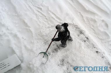 Снегопад в Киеве провел к сотням ДТП, на остановках – очереди