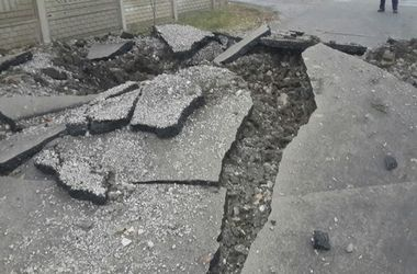 В Донецке взрыв снаряда разворотил дорогу