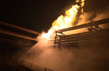На Авдеевском коксохиме после обстрела горит газопровод