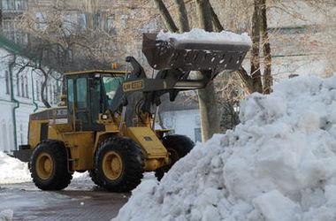 Как в Киеве спасают дороги от гололеда