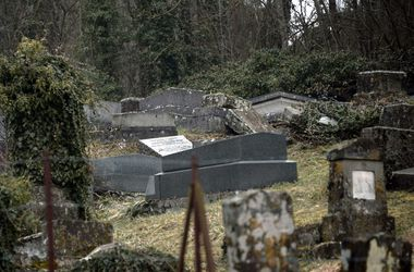 Во Франции задержали пятерых подростков за осквернение еврейских могил