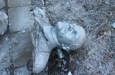 В Запорожской области повалили два памятника Ленину