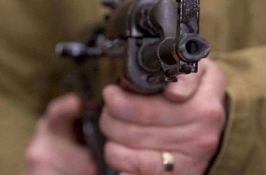 Боевики развлекаются, стреляя друг в друга