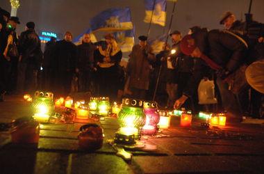 На Майдане тысячи людей почтили память Небесной сотни