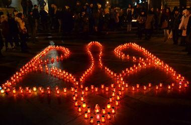 Во Львове в память о Небесной сотне лампадками выложили огромный тризуб