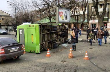 В Харькове перевернулась маршрутка с пассажирами