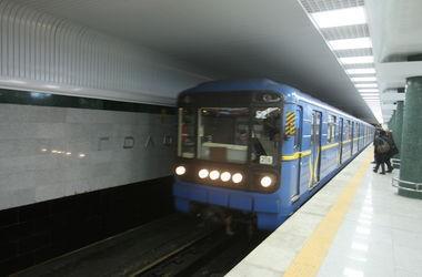 В Киеве молодой парень бросился под поезд метро