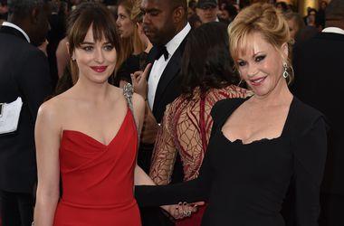 """Звезда """"50 оттенков серого"""" Дакота Джонсон прибыла на """"Оскар"""" в сопровождении мамы"""