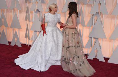 """Леди Гага и Кира Найтли вели увлекательную беседу на красной дорожке """"Оскара"""""""