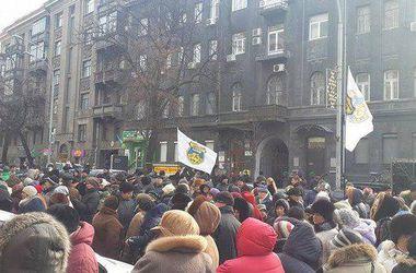 Под стенами НБУ собрались две сотни человек