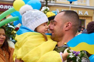В Ивано-Франковске тысячи людей встречали бойцов, которые вернулись из Дебальцево