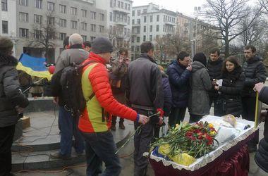 В Харькове на коленях прощались с 15-летним парнем, погибшим во время теракта