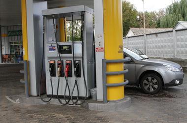 Доллар и бензин дешевеют, но неуверенно: чего ждать в марте