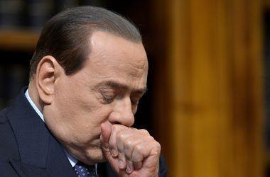 Берлускони сломал ногу при выходе из машины