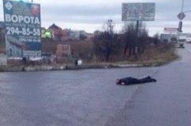 На об'їзній дорозі у Львові знайшли тіло чоловіка із затиснутим у руці телефоном