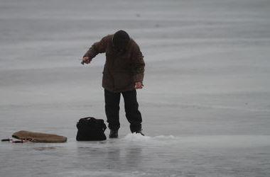 Под Киевом пожарные спасли человека, провалившегося под лед
