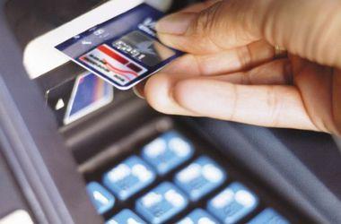 НБУ запретил украинцам снимать доллары с карточек