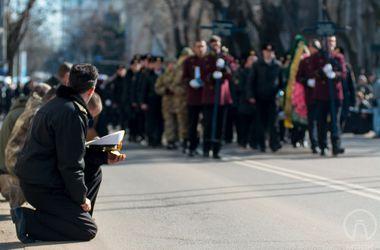 В Одессе на коленях простились с погибшими под Мариуполем бойцами спецназа ВМС