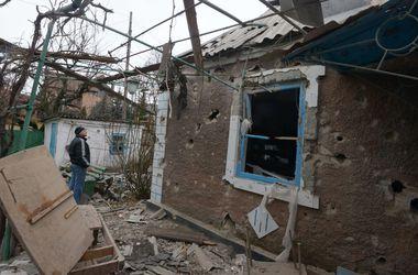 В Песках боевики перемещают технику вглубь, а украинские бойцы почти не реагируют на выстрелы