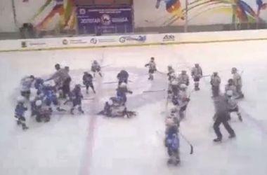 8-летние хоккеисты устроили массовую драку после матча