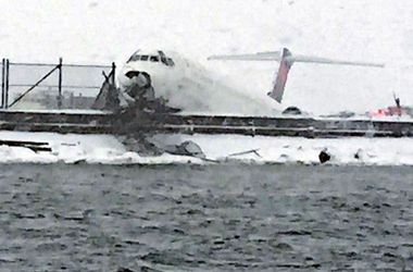 В аэропорту Нью-Йорка при посадке самолет ударился носовой частью об землю