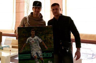 """Игроку """"Динамо"""" на день рождения подарили картину с его изображением"""
