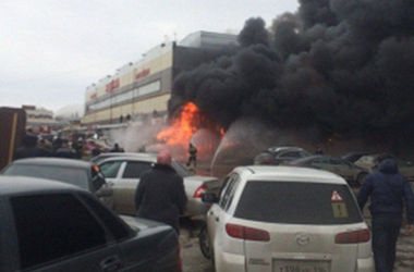 В Казани горит крупный торговый комплекс, есть жертвы