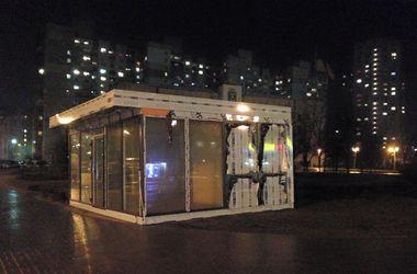 В Киеве появился киоск на клумбе прямо напротив Дарницкой РГА