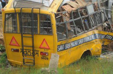 На востоке Индии при падении автобуса в ущелье погибли 13 человек