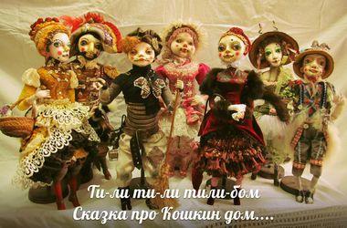 Харьковчанка создает кукол с усиками и шьет костюмы в стиле ампир